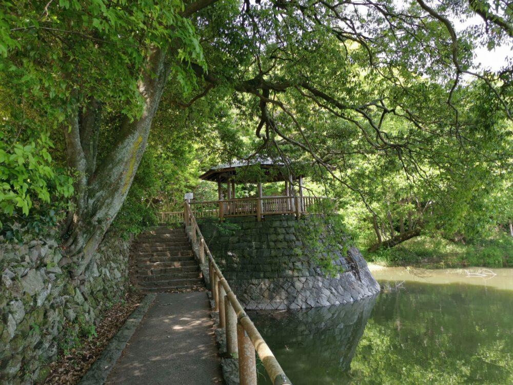 地蔵院池緑地。あずまや