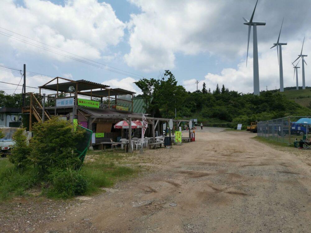 徳島県・大川原高原。一軒茶屋と風力発電機