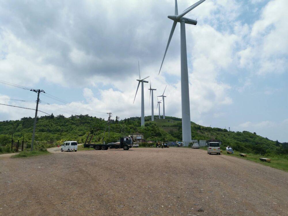 徳島県・大川原高原。風力発電機。大きさに圧倒される。