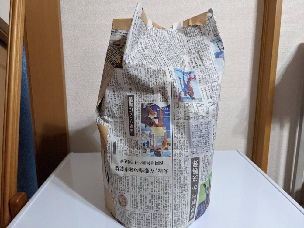 新聞でつくった帽子。撮影ハハクラゲ。