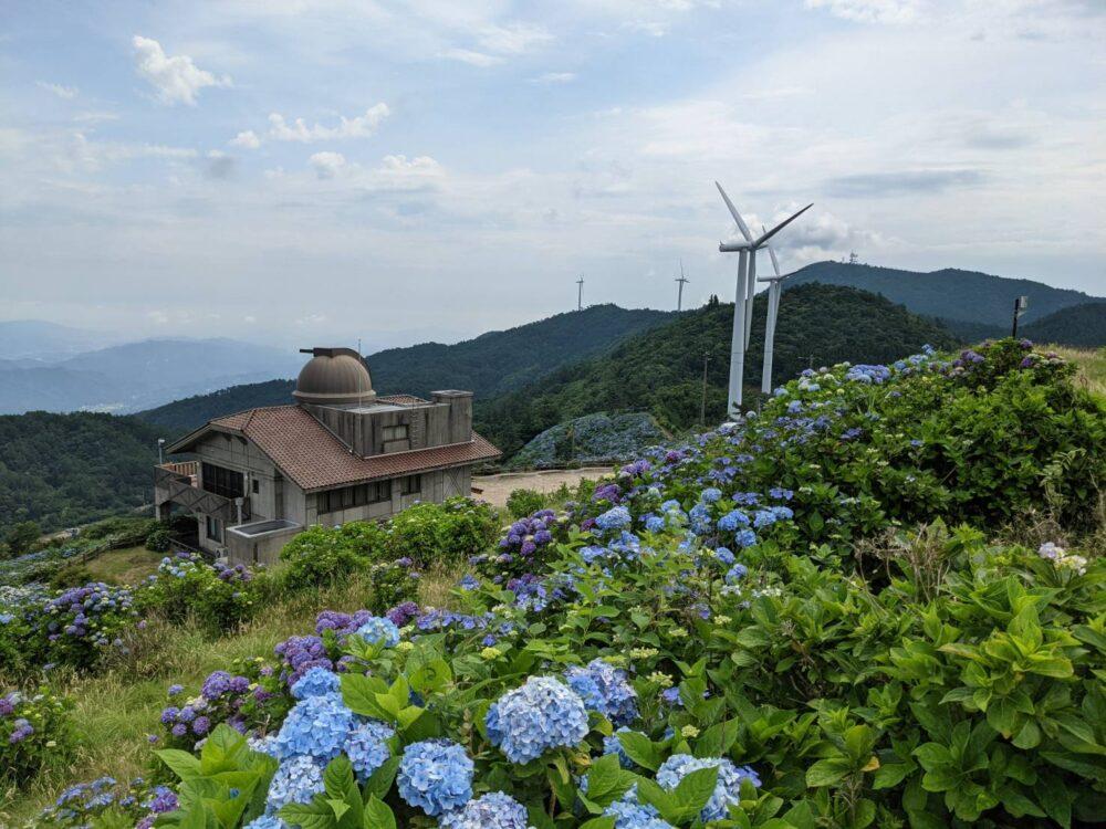 大川原高原の天文台と風車