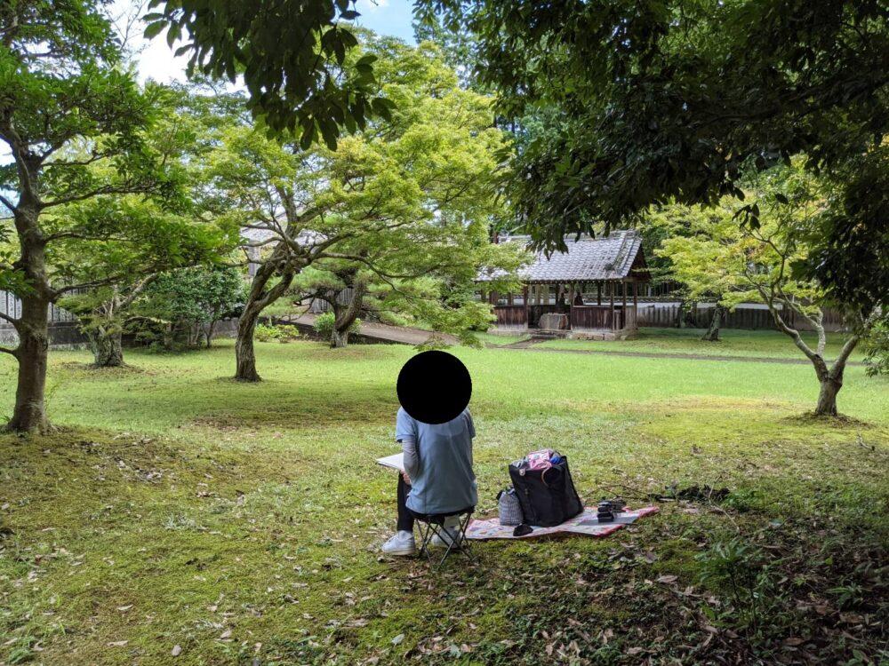地蔵寺でスケッチをする仲間。撮影ハハクラゲ