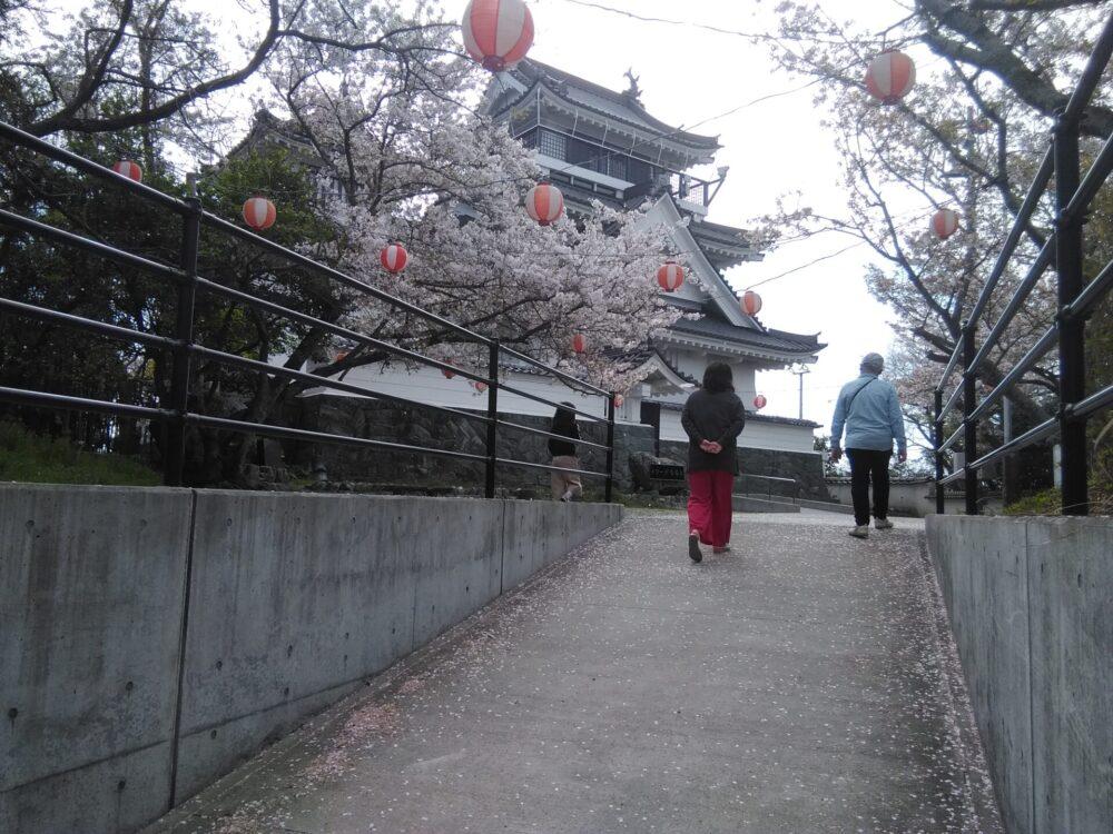 岡崎城(撫養城)と桜。徳島県。